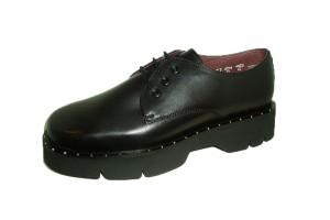 zapato-mujer-casual-piel-negra-piso-caucho-grueso-estriado-vira-decorada-pequenas-tachas-cordones-frau