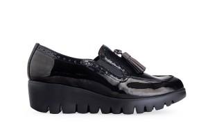 zapato-mujer-charol-negro-elasticos-laterales-adorno-borlas-piso-grueso-dentado-extralight-cu_a-wonders